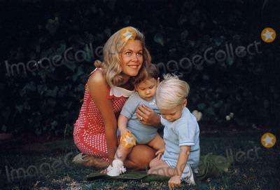 Elizabeth Montgomery Photo - Elizabeth Montgomery and Children Photo by Globe Photos