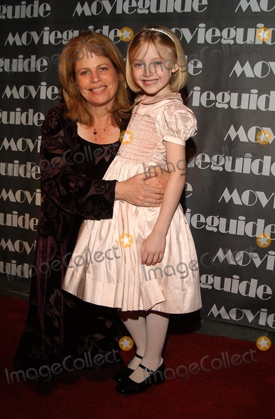 Jessie Nelson Photo - 10th Annual Movie Guide Awards Skirball Cultural Center LA CA 03202002 Photo by Amy GravesGlobe Photosinc2002 (D) Dakota Fanning (Girl) and Jessie Nelson (Direcor of I Am Sam