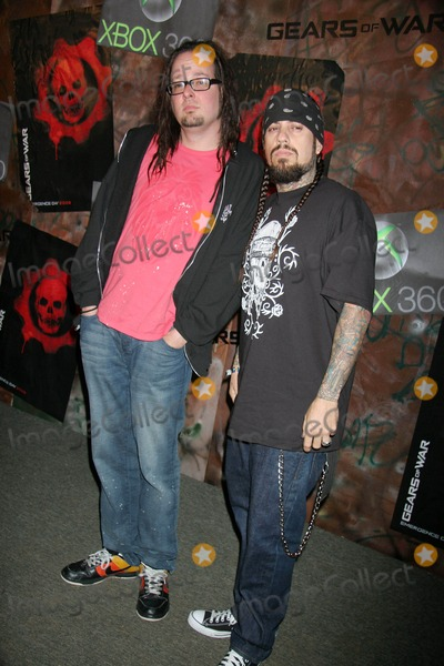 Jonathan Davis Photo - Xbox 360 - Gears of War Launch Party Hosted by Microsoft Game Studios and Epic Games Hollywood Forever Cemetery Los Angeles CA 10-25-2006 Jonathan Davis and Fieldy of Korn Photo Clinton H Wallace-photomundo-Globe Photos Inc