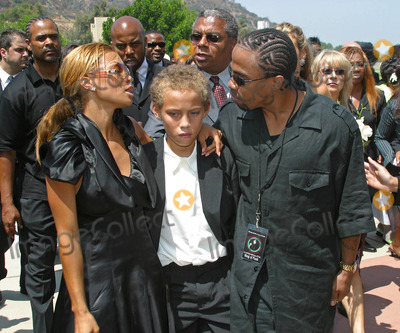 Tazman James Photo - Rick James Memorial Service at Hall of Liberty Forest Lawn Memorial Park Hollywood Hills California 08122004 Photo by Milan RybaGlobe Photos Inc 2004 Ty James Tazman James and Rick James Jr
