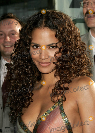 Halle Berry Photo - Catwoman World Premiere at Cinerama Dome in Hollywood Califronia 07192004 Photo by Kathryn IndiekGlobe Photos Inc 2004 Halle Berry