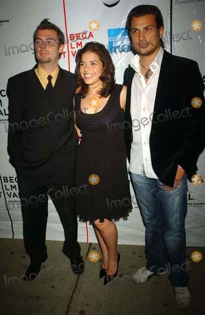 Antonio Negret Photo - Amc Village Vii New York City 05-04-2007 Tribeca Film Festival Hacia LA Oscuridad (Towards Darkness) Photo by Ken Babolcsay-ipol-Globe Photos Inc I11848kba America Ferrera with Antonio Negret ( Director ) and Roberto Urbina