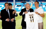 Alfredo di Stefano Photo - Florentino Perez Alfredo Di Stefano  Michael Owen -Michael Owen Signs For Real Madrid Spain 8132004 Photo BycebollaglobelinkukGlobe Photos Inc 2004